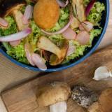 Salade de cèpes, pickles & oeuf mollet frit