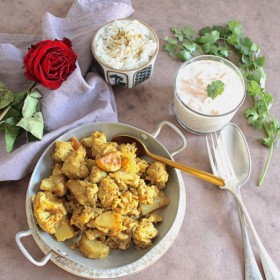 Aloo gobi, curry sec indien de pommes de terre et chou-fleur