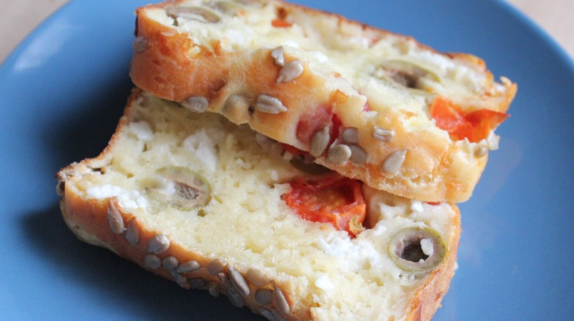 Cake à la feta, tomates cerise et olives vertes