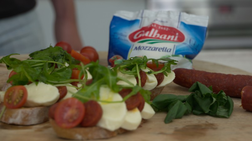 Bruschetta chorizo, mozzarella et roquette