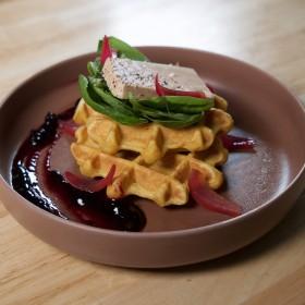 Mini gaufre à la patate douce, foie gras mi-cuit & pickles d'oignon rouge
