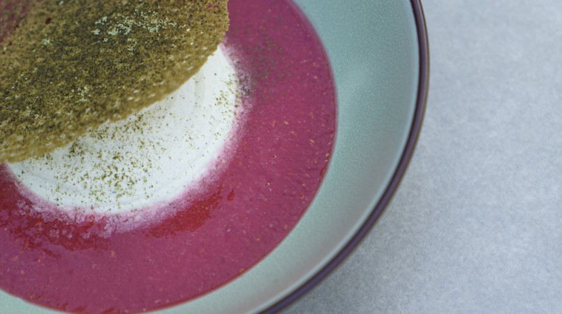 Soupe de framboise, burrata et thé matcha