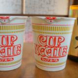 La dernière tendance au Japon, mettre du saké dans ses nouilles instantanées !