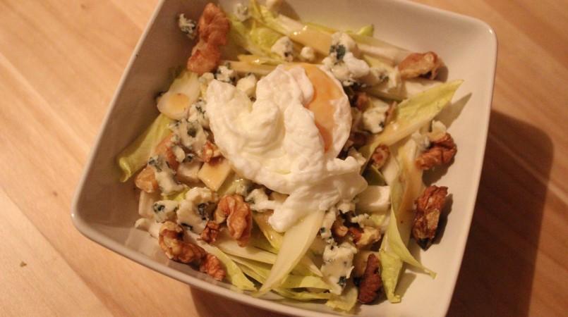Salade d'endives aux noix et copeaux de roquefort