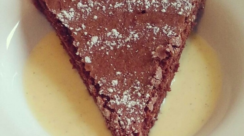 Gâteau au chocolat léger et sa crème anglaise.
