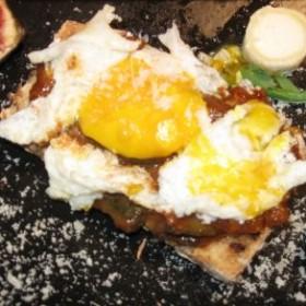 Tartine ratatouille et œuf au plat