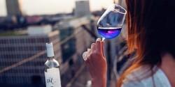 Blanc ? Rouge ? Rosé ? Le vin de cet été sera bleu !