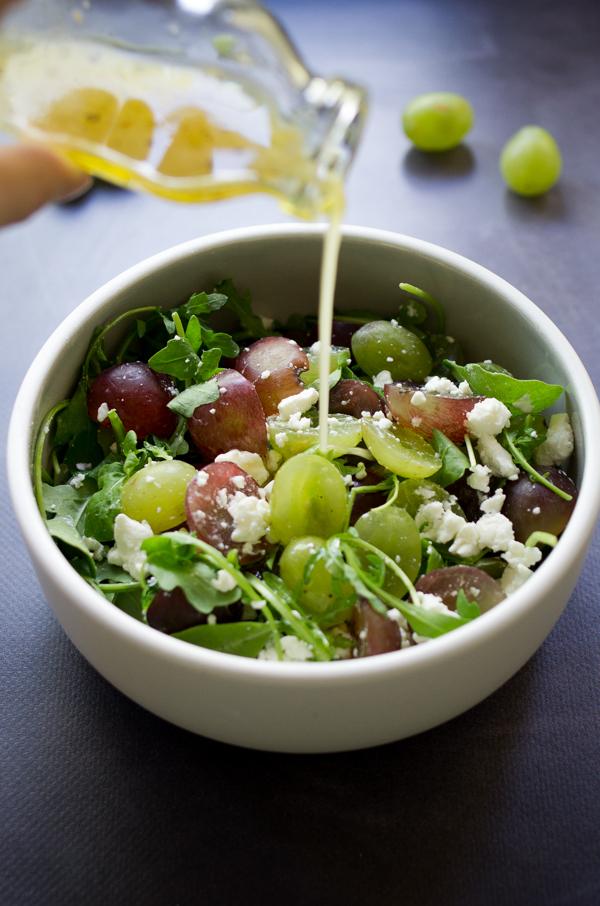 salade-d-ete-salade-estivale-roquette-raisin-feta-vinaigrette-au-miel-recette-salade-gourmande-facile-blog-godiche-4