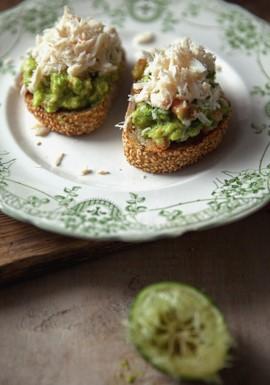 Tartine guacamole et crabe