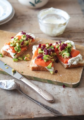 Toast saumon fumé betterave avocat creme fouettee